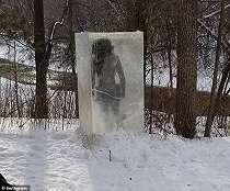 Patung Manusia Gua Beku yang Mirip dengan Monolit Muncul di Minneapolis