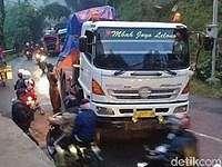 Begini Proses Ganti Ban Setinggi Orang Dewasa untuk Dump Truck