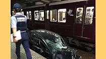 Mobil Terseret ke Jalur Rel Kereta Api di Stasiun Hankyu Okamoto Jepang, 2 Orang Terluka