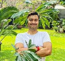 7 Potret Anjasmara pose dengan tanaman, kocak bikin geleng kepala