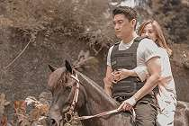 Syuting Video Klip Bareng, Citra Monica Peluk Erat Ifan Seventeen di Atas Kuda.
