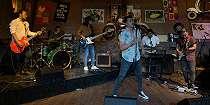 Gandeng Drummer Ungu di Single Baru, Tiga Band Jadikan Rowman Personil Tetap?.