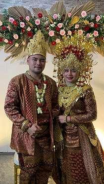 Pedangdut dan Mantan Vicky Prasetyo, Barbie Larasati Resmi Menikah dengan Seorang Pria Mualaf.