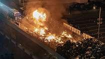 Hong Kong: Polisi kepung kampus setelah disambut demonstran dengan panah dan api