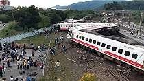 Kereta cepat tergelincir di Taiwan, lima gerbong terbalik