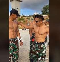 Viral Tentara Pamer Perut Six Pack, Netizen Auto Respect Lihat Tulisan di Belakangnya