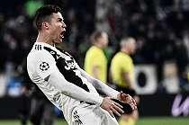 Pegang Selangkangan, Ronaldo Terancam Absen Bela Juve di Perempat Final