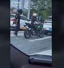 Bikin Melongo, Viral Aksi Wanita Ganti Boncengkan Pacar Padahal Naik Motor Sport