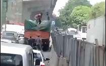 Bajing Loncat Menjarah Truk Bermuatan Besi di Cakung Jaktim, Viral