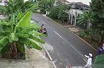 Istri Isa Bajaj Dibuntuti Pria yang Tiba-tiba Pamer Kemaluan, Terekam CCTV