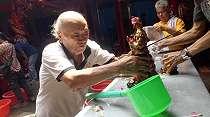 Intip Mandi Rupang, Ritual Penyucian Diri Jelang Imlek