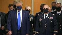 Datang ke RS Militer, Trump Untuk Pertama Kalinya Pakai Masker