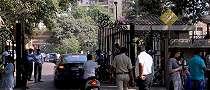 Para penggemar Sridevi mulai berkumpul di rumahnya di Mumbai